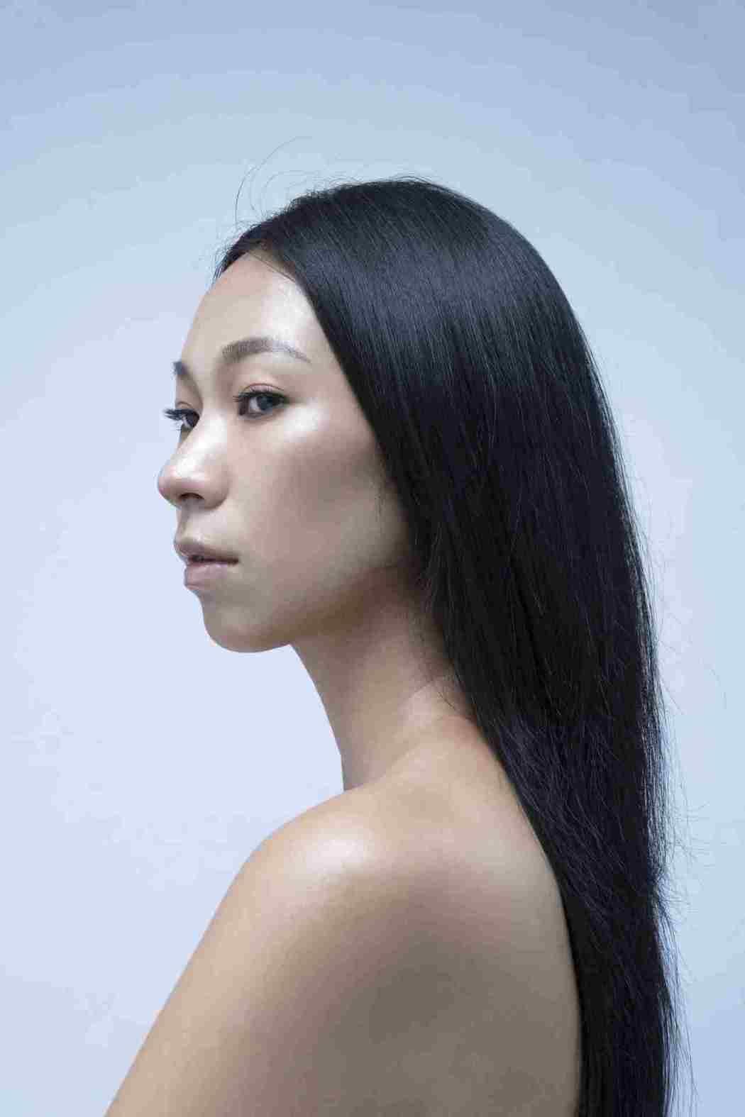 雅維·茉芮為全新宣傳照全裸上陣,僅長髮遮掩酥胸。圖/獨一無二娛樂文化提供
