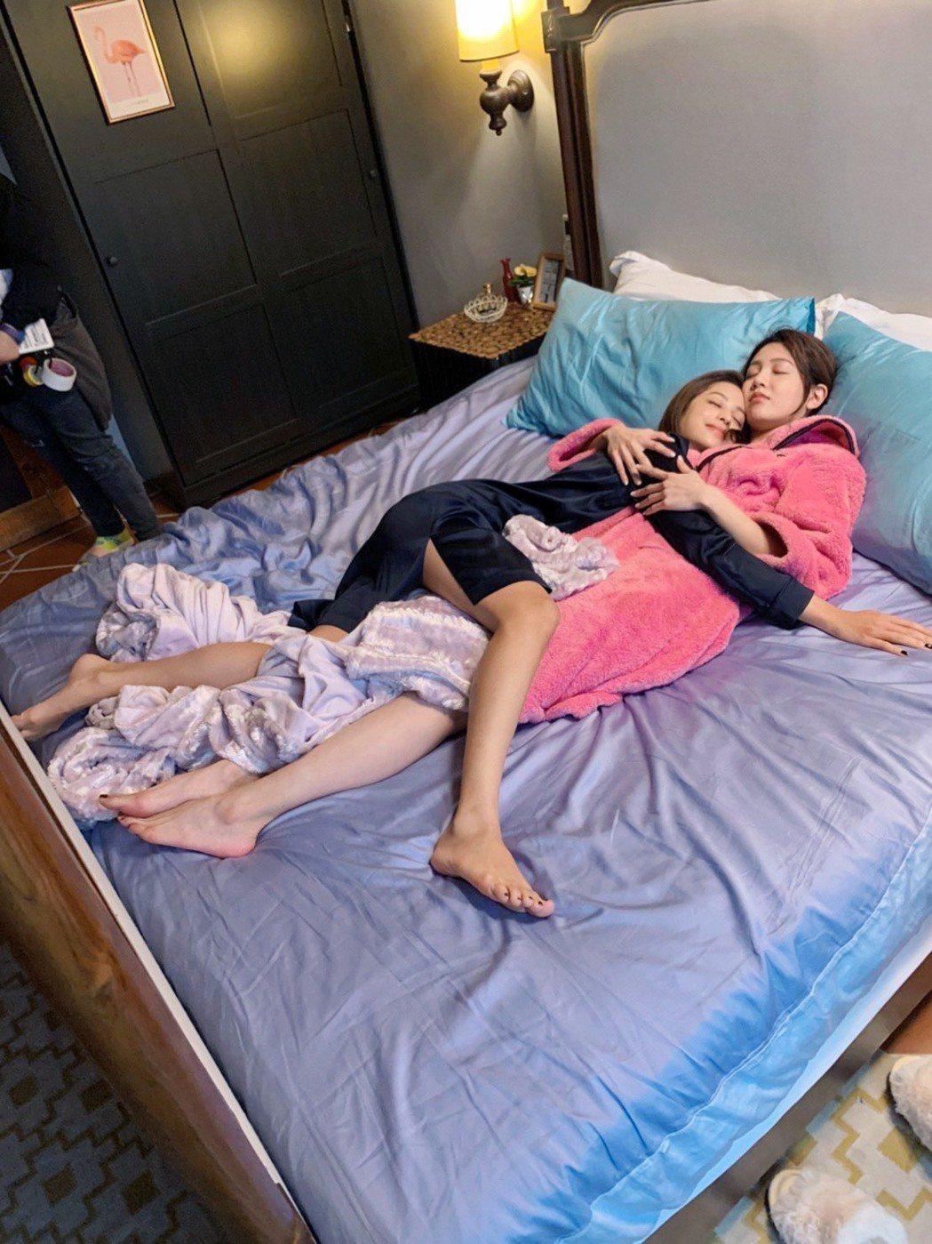 莫允雯(左)、黃薇渟在戲裡閨蜜感情好到同床共枕,身體還能纏成麻花。圖/三立提供