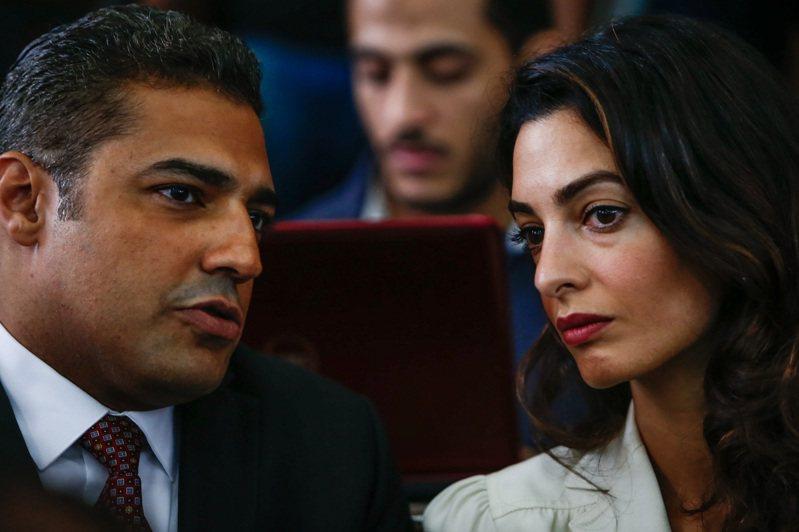 艾瑪克魯尼為生於黎巴嫩、專攻國際人權法的英籍律師,具有在英國及美國執業資格,並曾在海牙國際法庭上擔任代表律師。她經常出現在國際法庭上,協助人權受侵害者討回正義,包含羅辛亞人、亞美尼亞種族屠殺受害者及遭伊斯蘭國攻擊的受害者。新華社