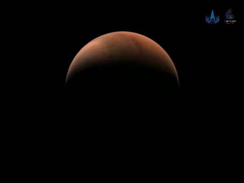「天問一號」探測器拍攝的火星南、北半球側身影像。(中國國家航天局官網)