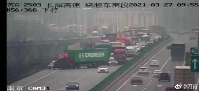 中國微博今(27)日更是瘋傳1張照片是載著長榮貨櫃的卡車發生了事故,導致車直接打橫在高速公路中間,造成當地大塞車。 圖/微博