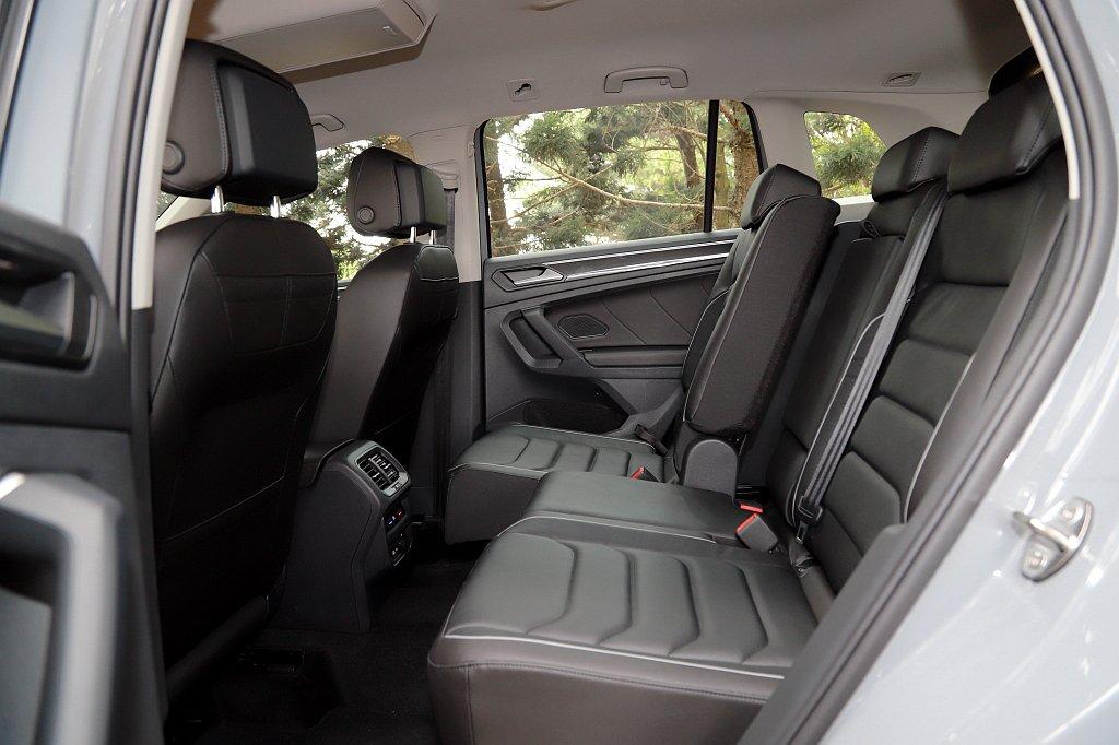 福斯Tiguan軸距達到2,678mm,造就寬敞的後座空間表現並且後座椅還具備前...