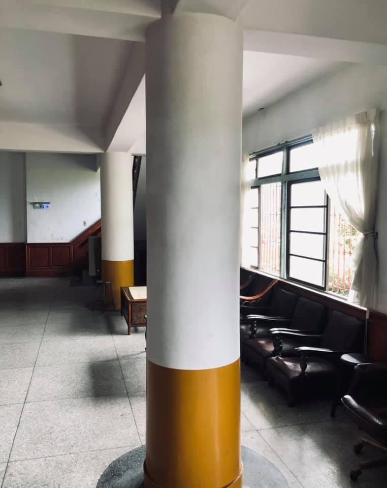 有網友發現某棟建築的柱子,居然被設計成香菸的模樣。圖/擷取自臉書