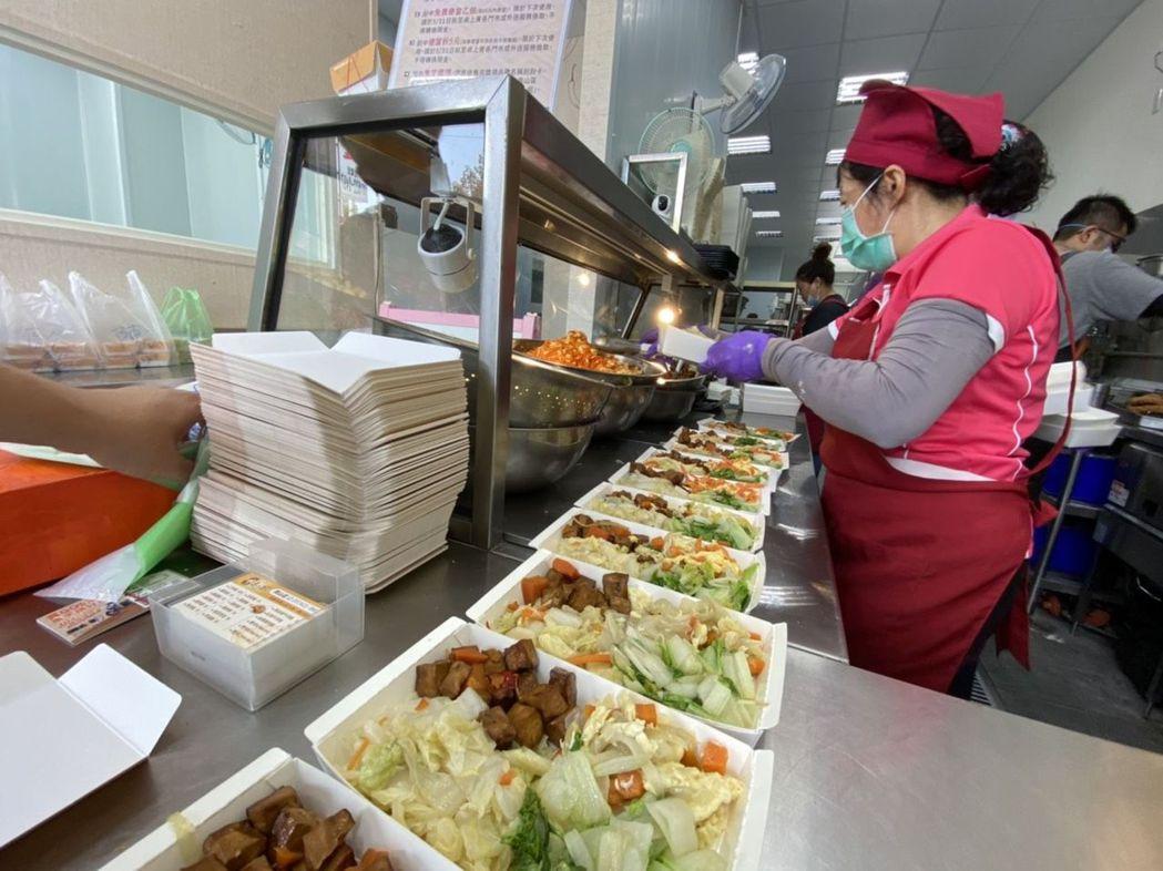 桌上賓便當採用菜飯分離,完整保留每一道菜原味,且米飯不濕黏,還有雙拼、三拼口味主...
