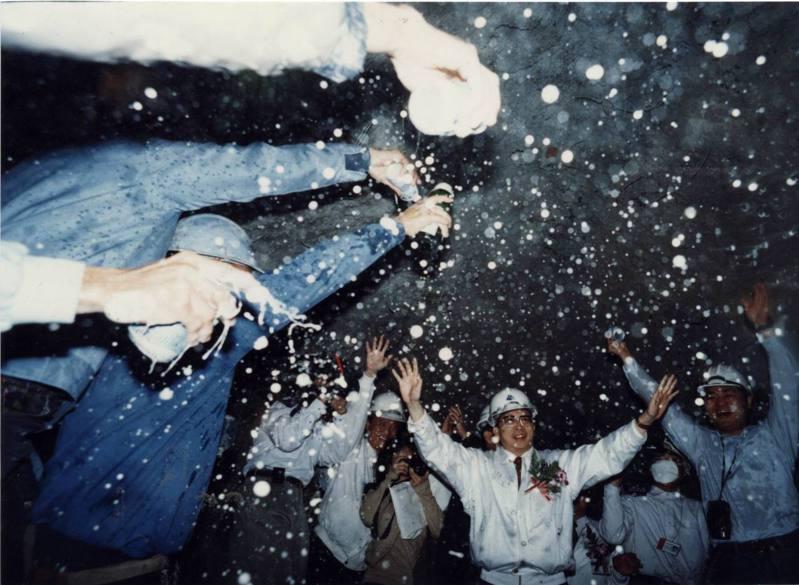 1995年3月27日,時任交通部長劉兆玄通過剛鑿通的北二高木柵一號隧道,工作人員開香檳歡呼。圖/聯合報系資料照片