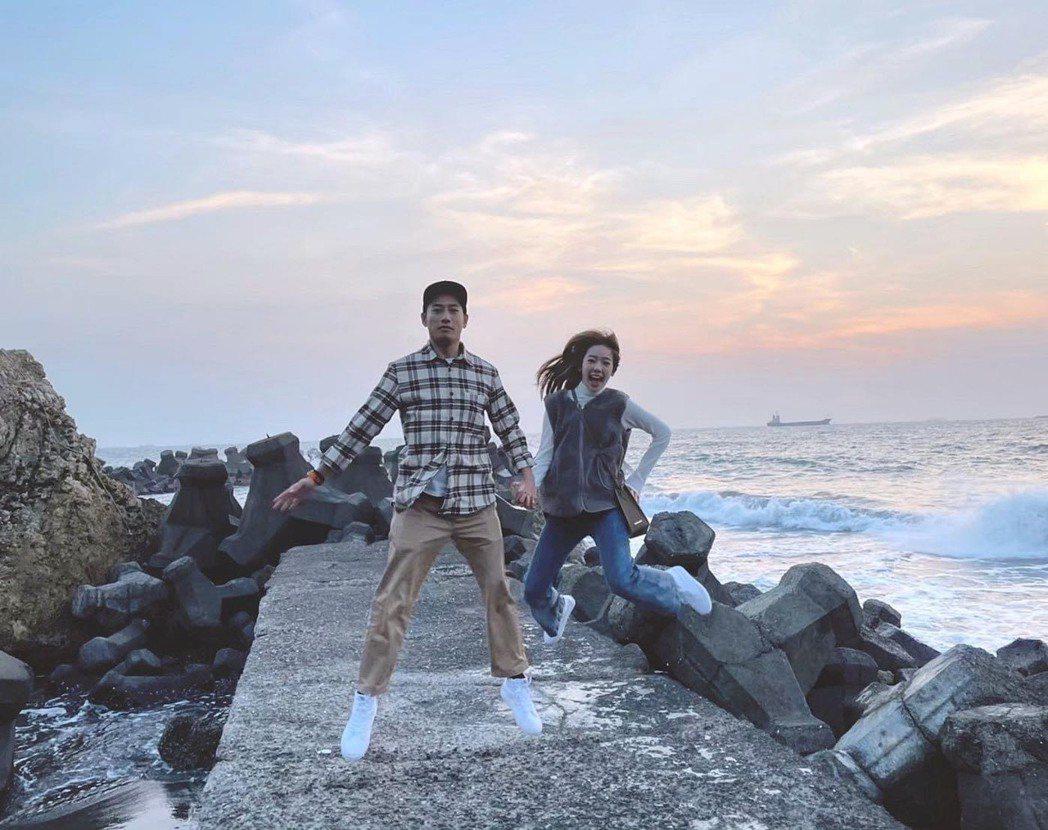 周孝安(左)、陳天仁(右)交往1年多宣布結婚。圖/摘自臉書