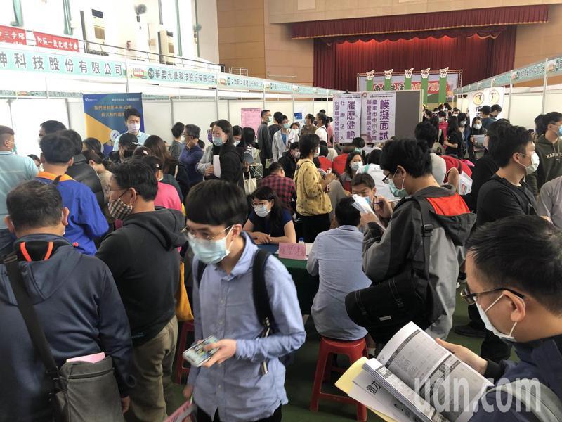 台南市舉辦今年首場大型徵才 ,96廠商提供近3500個職缺。記者周宗禎/攝影