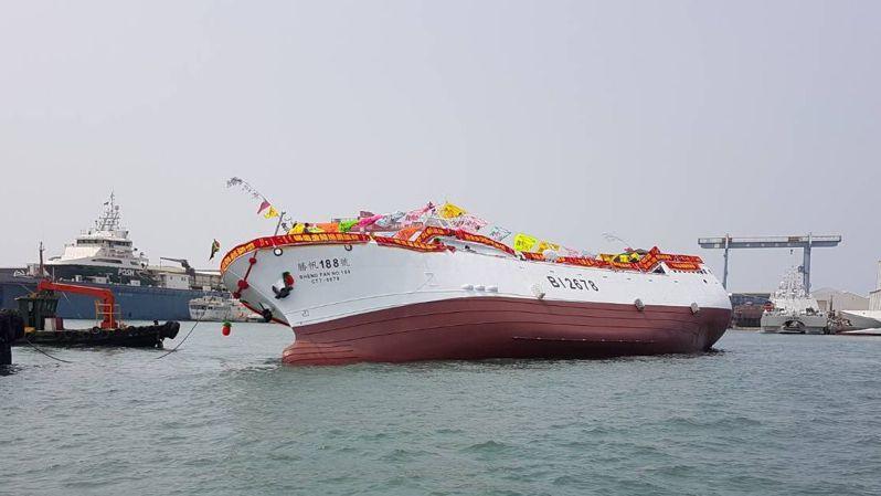三陽造船廠打造「勝帆188號」漁船今天舉行下水典禮,船一下水,突然船身嚴重傾斜。記者林保光/翻攝