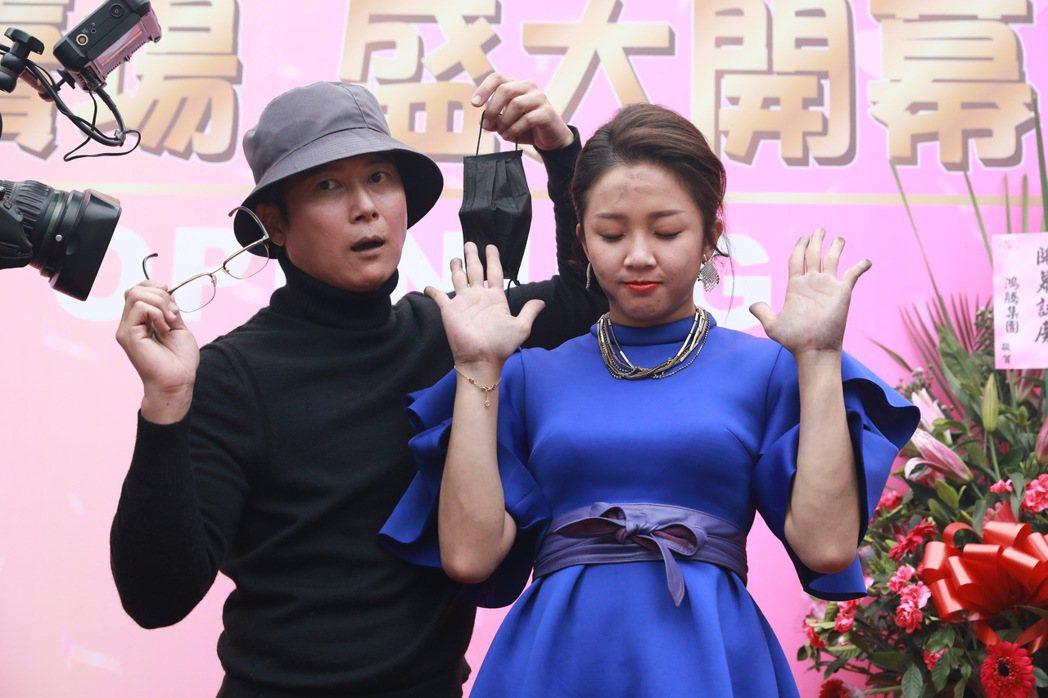 賴慧如(右)在劇中身陷火海,王燦出現救美,戲外2人超搞笑。圖/民視提供