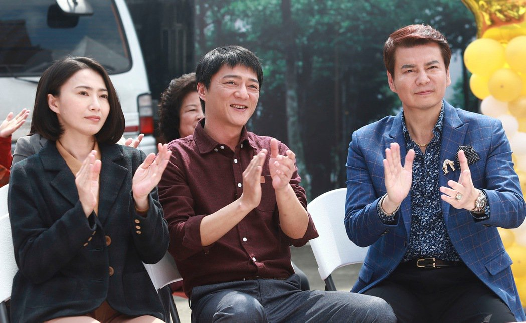 侯怡君(左起)、藍葦華、倪齊民拍攝「多情城市」大賣場開幕戲。圖/民視提供