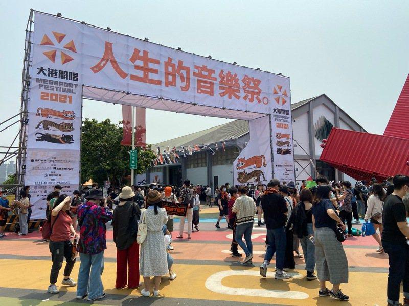 高雄「大港開唱」登場,今天中午民眾湧入會場。記者林保光/翻攝
