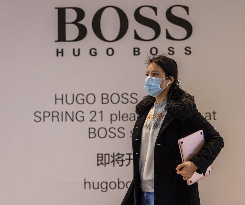 德國服飾Hugo Boss面對挺不挺新疆棉,在中國牆內外釋出立場截然不同的聲明,遭中國網民批評「陰陽品牌,兩邊糊弄」。歐新社