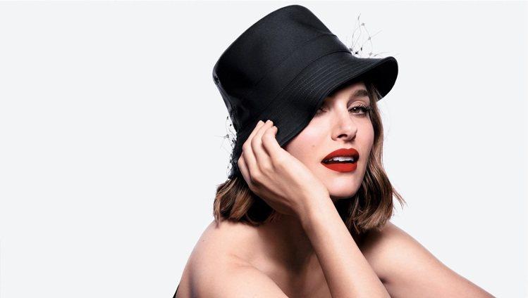 娜塔莉波曼演繹不沾染唇露的細緻飽和。圖/Dior迪奧提供