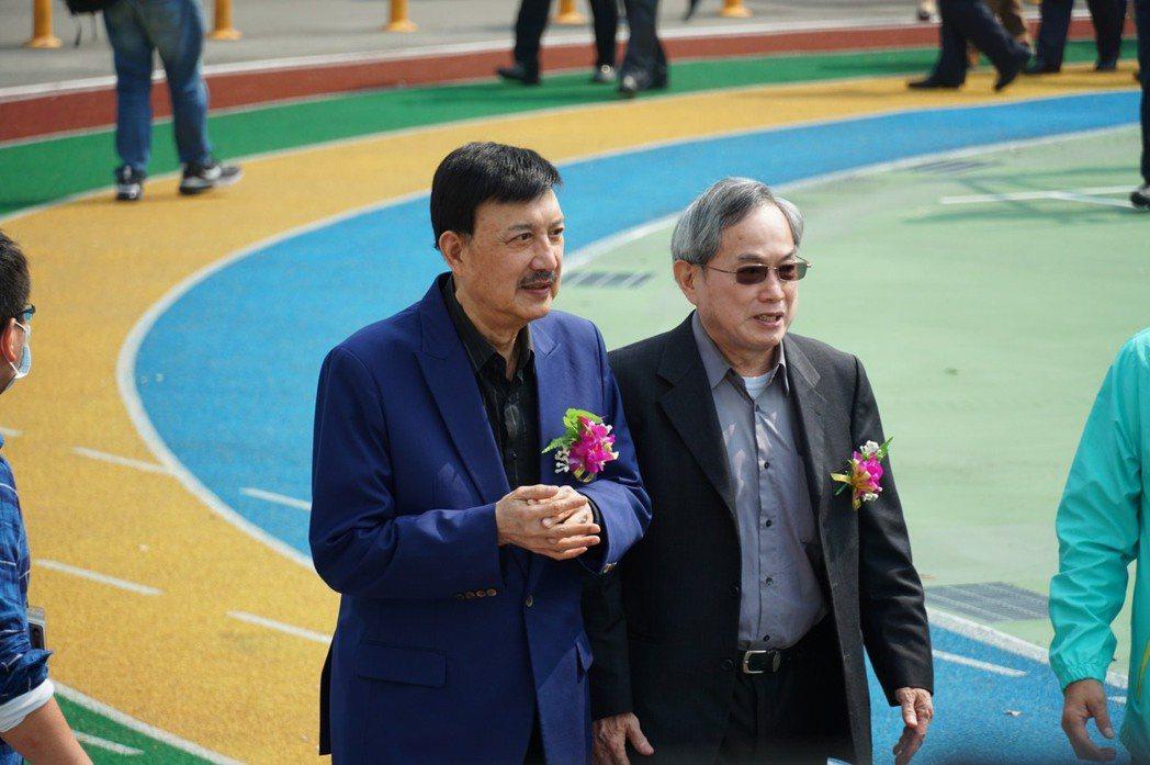 余天(左)今天出席台北海大校慶活動談到愛女病況。圖/台北海大提供