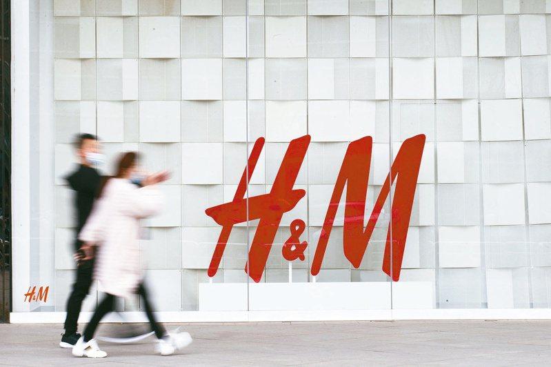 H&M因拒用新疆棉在大陸遭強力抵制的風波持續延燒。圖為山西太原市民從一家H&M店前經過。中新社