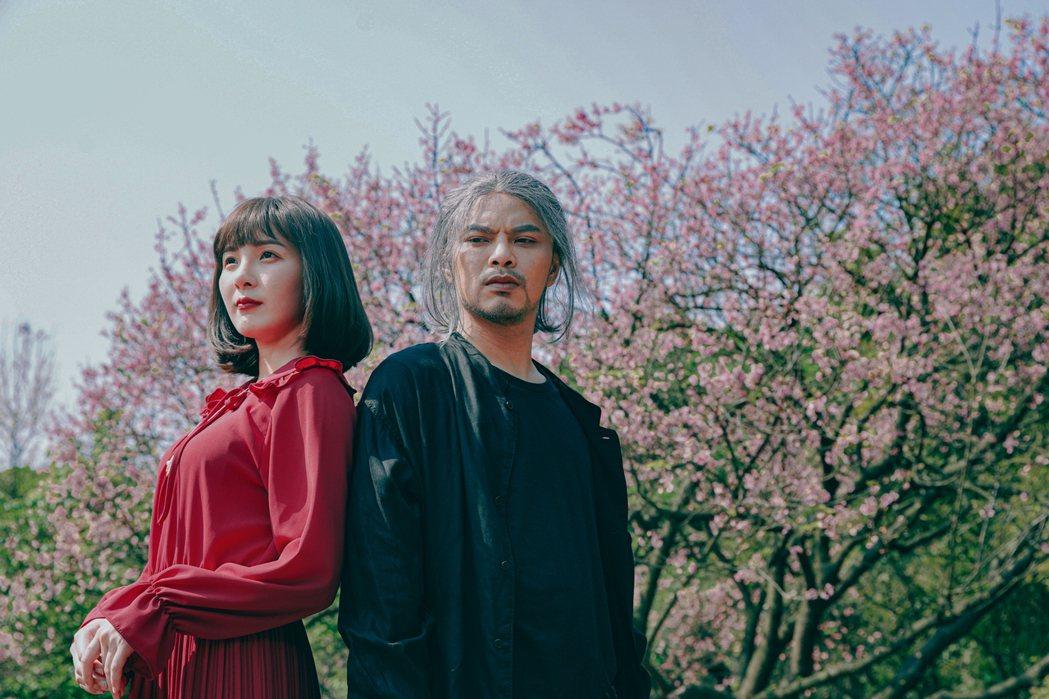 黃明志(右)推出新歌「老人癡愛」。圖/亞洲通文創提供