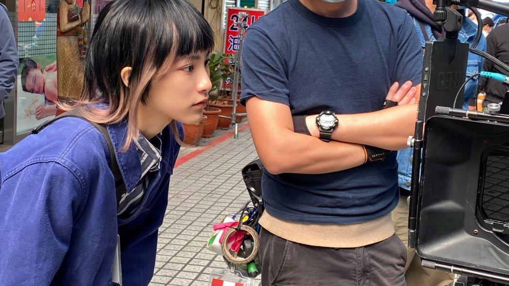陳加恩觀看自己的演出。圖/周子娛樂提供
