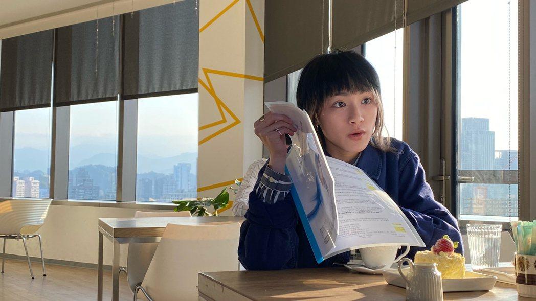 陳加恩在MV中飾演一名保險業務員。圖/周子娛樂提供