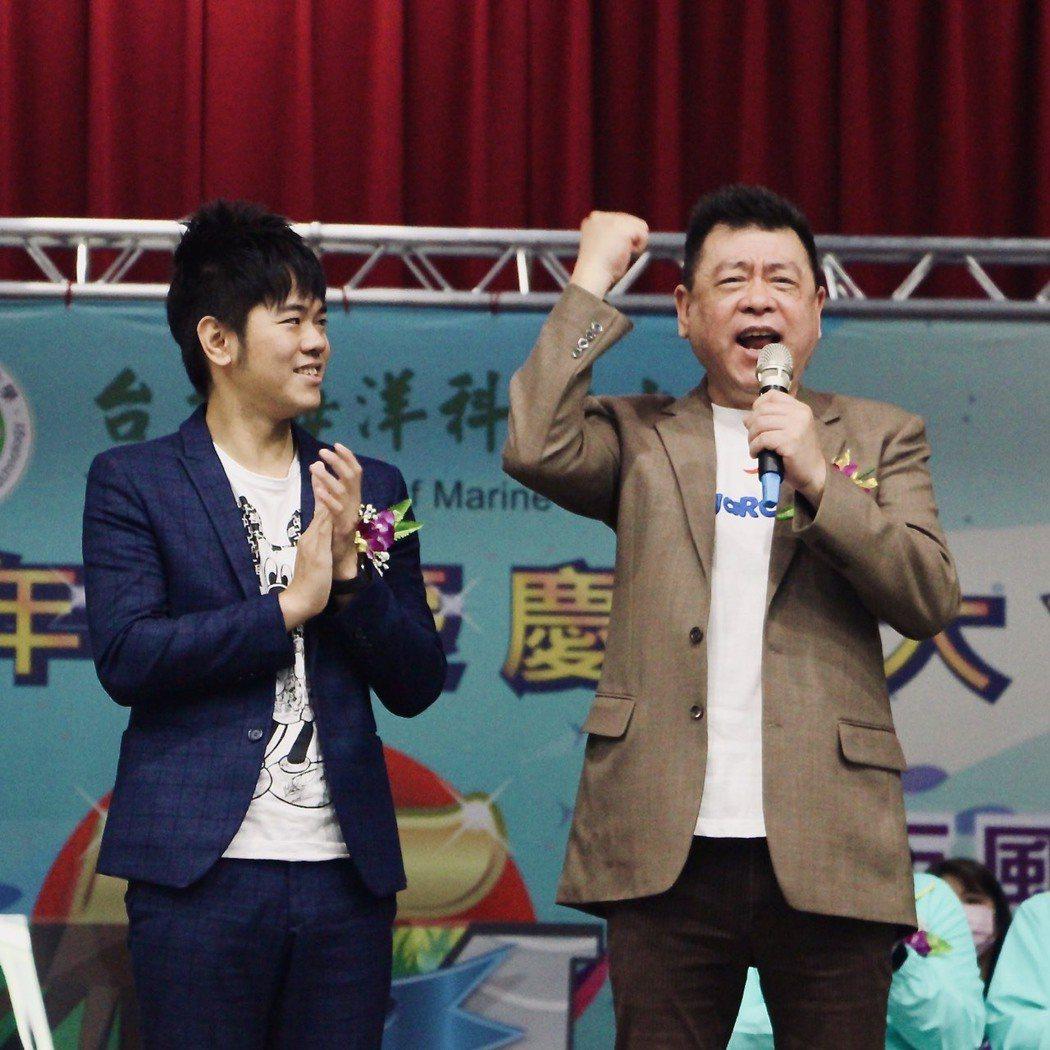 孫德榮(右)在台北海大校慶上台致詞。圖/台北海大提供