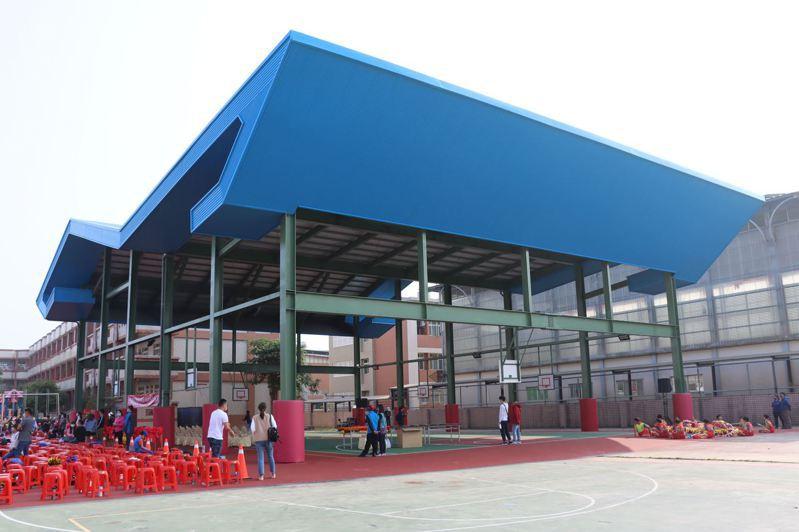 苗栗縣苑裡鎮客庄國小新建的半戶外球場今天落成啟用。圖/苗栗縣政府提供