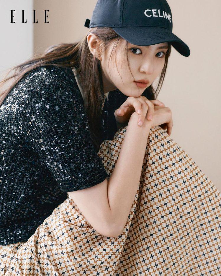 韓韶禧以CELINE青春洋溢的2021春夏系列穿搭,登上香港版ELLE。圖/取自...