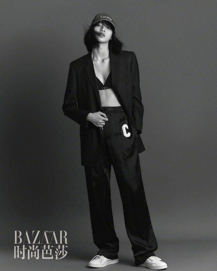CELINE 2021春夏女裝以運動內衣為焦點單品,搭襯獵裝外套或西裝。圖/取自...