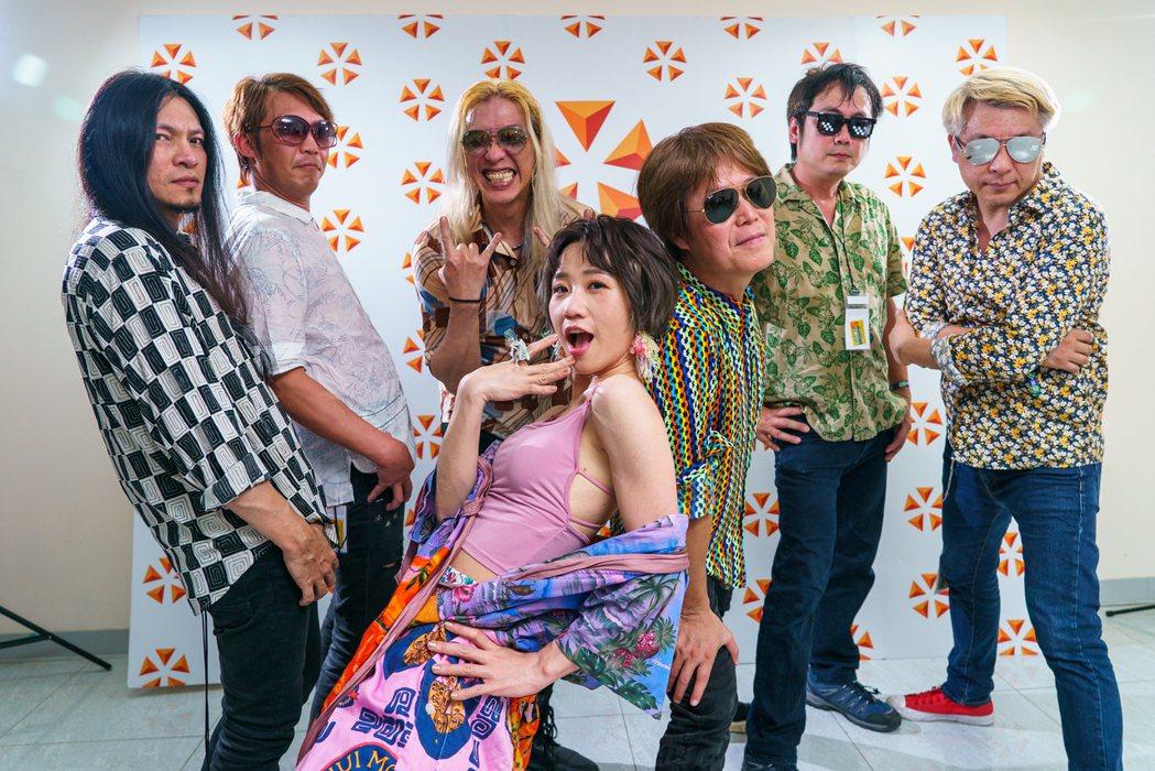 Lulu(中)與董事長樂團在後台搞笑合影。圖/出日音樂提供
