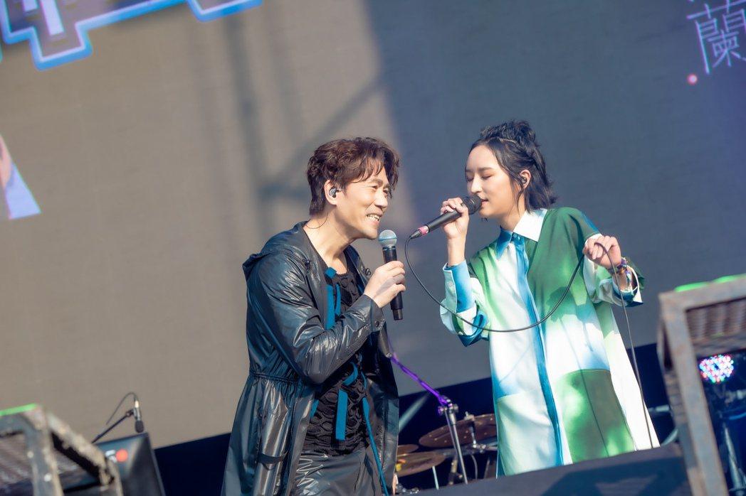 羅時豐(左)與法蘭在大港開唱2021合唱多首歌曲。圖/出日音樂提供