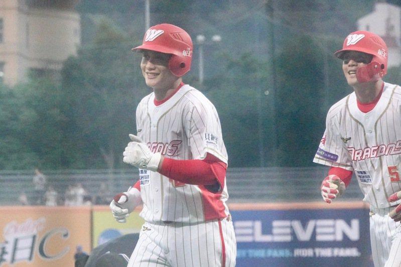 味全龍隊劉基鴻(左)敲出生涯首轟。記者蘇志畬/攝影
