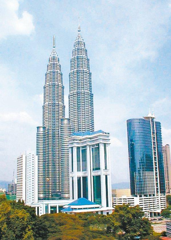 馬來西亞首都吉隆坡地段繁榮,高聳的雙子星大樓是知名地標,由雙子星、吉隆坡塔、巴比...