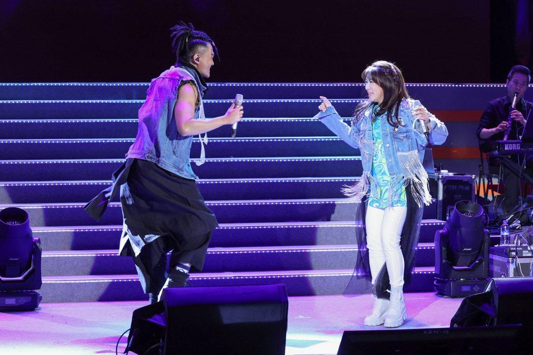 林俊逸(左)與趙詠華首度攜手開唱,合舞唱跳讓人耳目一新。記者沈昱嘉/攝影
