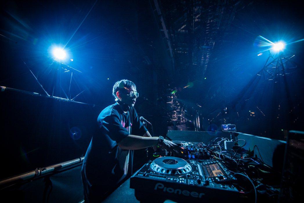 DJ Mykal a.k.a.林哲儀擔任整場測試活動的音樂串場。圖/新視紀整合行...