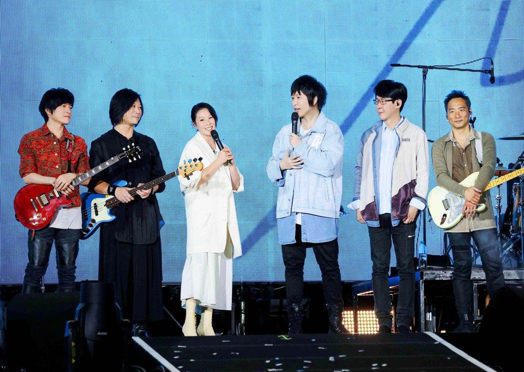 五月天與嘉賓劉若英(左三)在台上互虧。圖/相信音樂提供