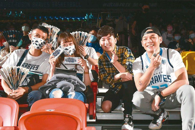 台灣大總經理林之晨(右)帶來「能所不能」魔術秀震驚全場,讓2位幸運球迷現場升級成VIP席位。圖/台灣大哥大提供