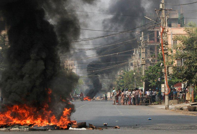 緬甸抗議民眾廿七日在瓦城街頭焚燒輪胎。(路透)