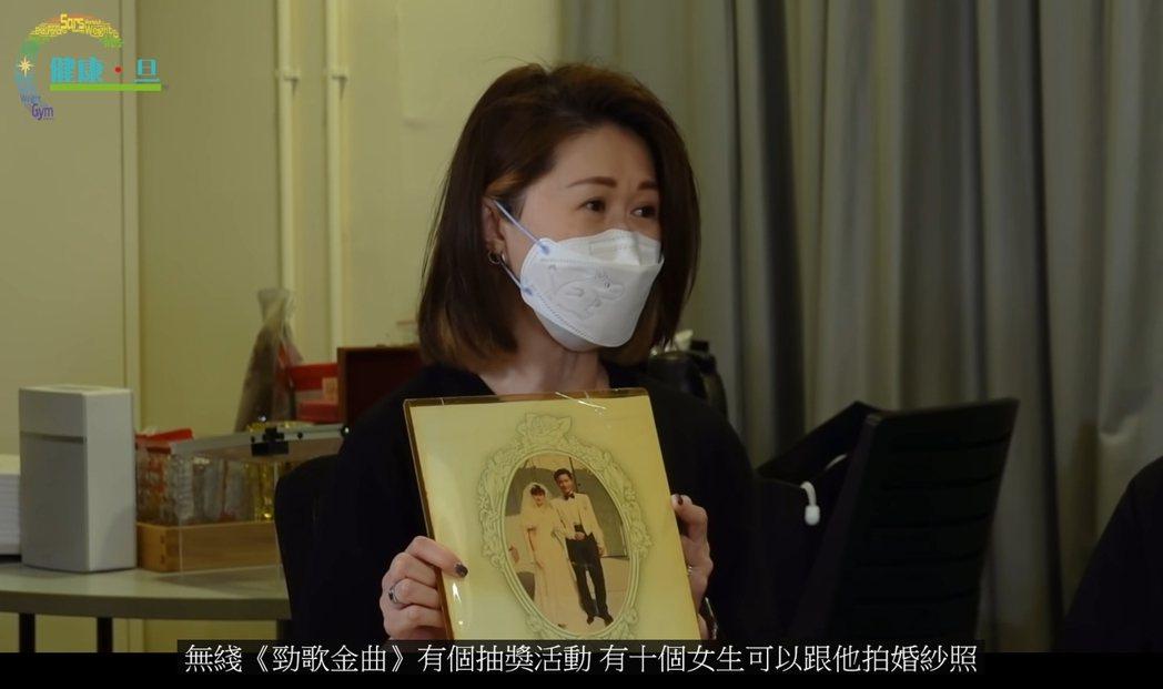 粉絲分享過去與張國榮合拍的婚紗照。 圖/擷自Youtube