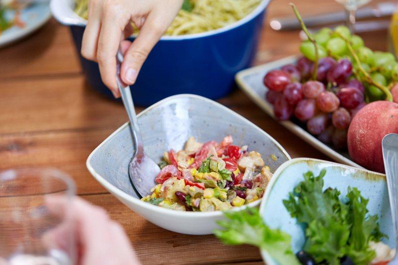 網友好奇「哪些食物營養價值高但價格低廉」,貼文掀起眾人熱議。示意圖/ingimage