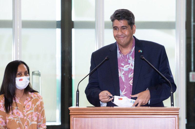 帛琉總統惠恕仁(右)及其夫人(左)28日下午搭機抵達桃園機場,帛琉總統惠恕仁下機後在國賓門發表談話。記者季相儒/攝影