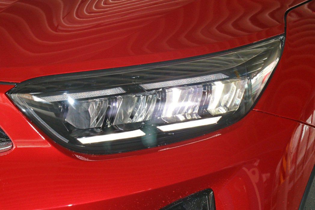 四點式LED日行燈與Tiger EyeLine造型頭燈組。 記者陳威任/攝影