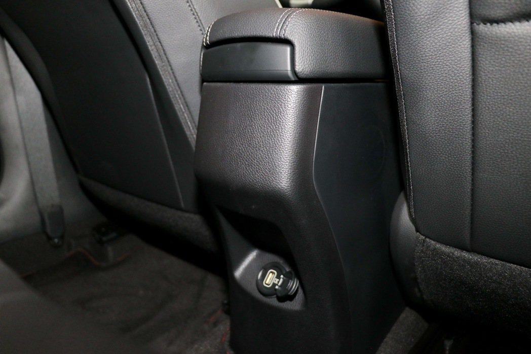 後座沒有冷氣出風口但提供USB插座。 記者陳威任/攝影