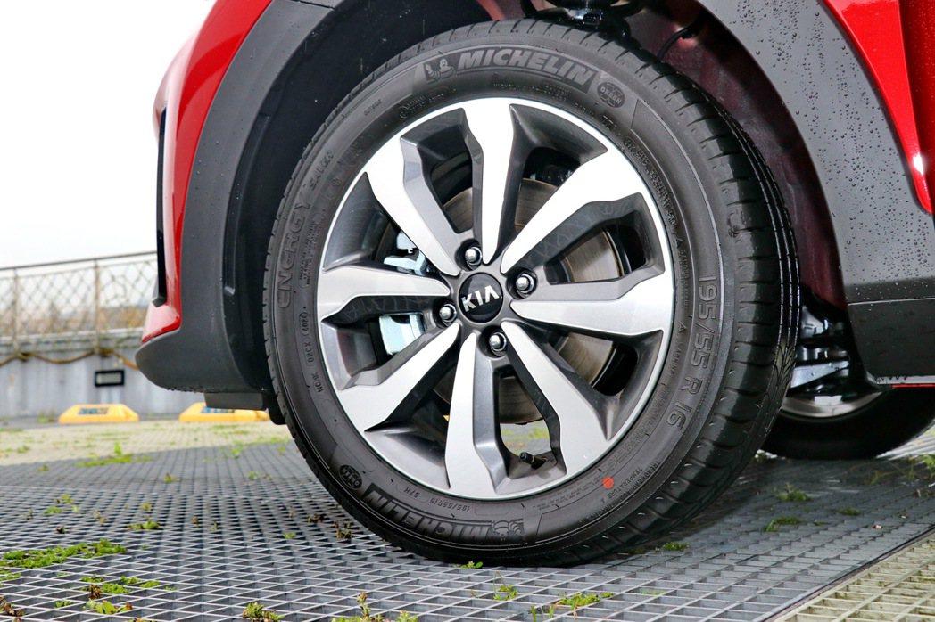 旗艦車型專有的17吋雙色鋁合金造型輪圈。 記者陳威任/攝影