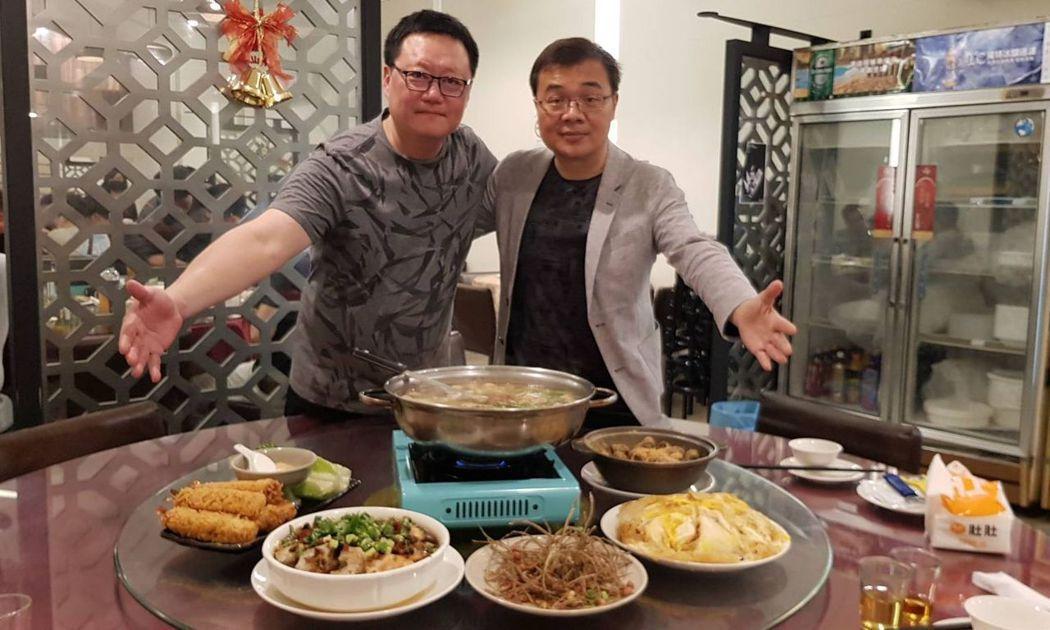 「阿州海鮮燒烤」人稱「阿州師」的主廚吳耀州(左)與總經理楊宗保(右)一主內一主外...