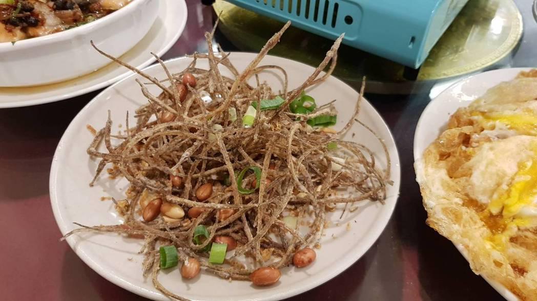 外表看似牛蒡絲的「酥海龍」,是由細長的海龍魚下鍋油炸,吃起來香脆涮嘴,當零食或下...