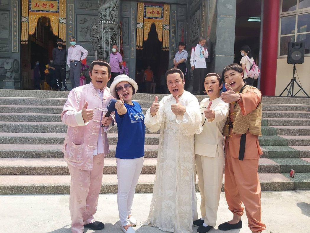 「台灣奇案」改版再製作,製作人郭美珠(左2)日前率領演員車冠德(左)、黃新皓(右
