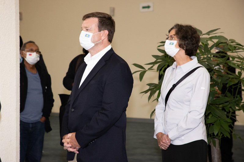美國駐帛琉大使亨尼西尼蘭(John Hennessey-Niland)(左)及其夫人(右)隨帛琉總統惠恕仁於28日下午搭機抵達桃園機場。記者季相儒/攝影