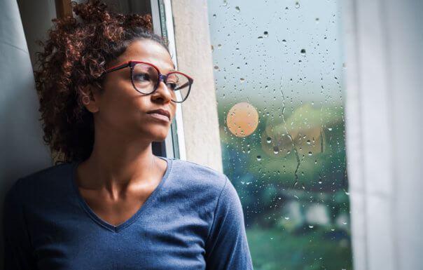 長期的孤獨感是中年人的隱形健康殺手。(Photo from網路截圖)