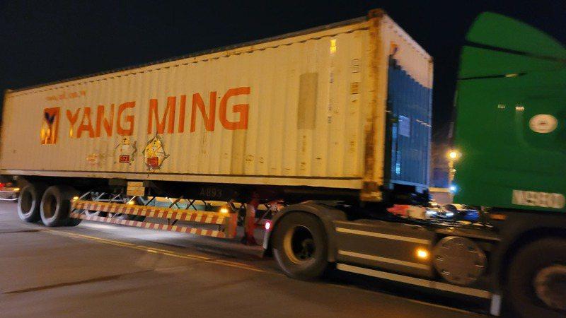 核四最後一批120束燃料棒今天凌晨起運至港區將送到美國。記者游明煌/攝影