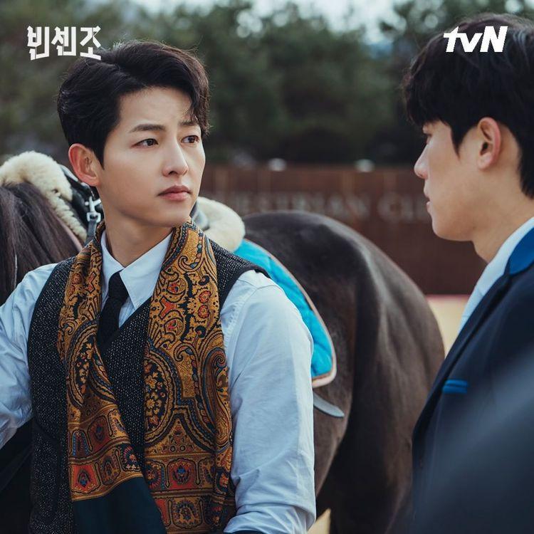宋仲基在劇中以貴公子氣息濃郁的Drake's領巾色誘金聖喆。圖/取自tvN IG