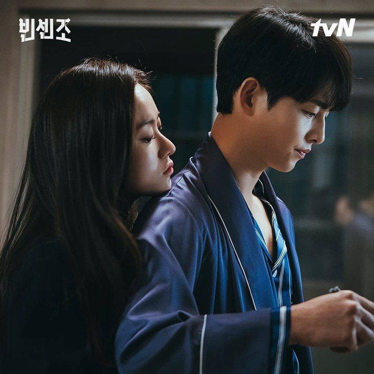 宋仲基在第9集詮釋EVENIE的睡袍和條紋睡衣。圖/取自tvN IG