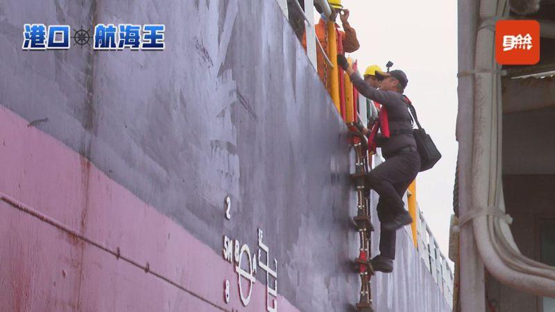 引水人陳策勤正爬上貨輪引水梯,再進到貨輪的駕駛室,引導船長把船從高雄港外駛入港內停泊。記者陳煜彬/攝影